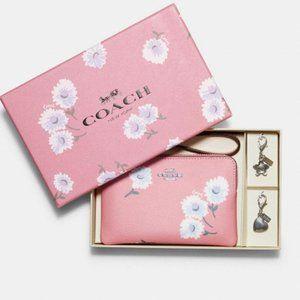 ⬇️Coach Boxed Corner Zip Wristlet with Daisy print